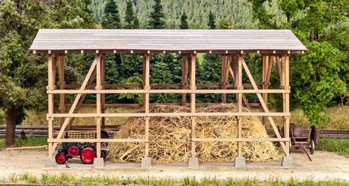 Der Traktor mit Anbau-Bandsäge von Saller macht hier nur eine kurze Pause; Foto: Uwe Volkholz