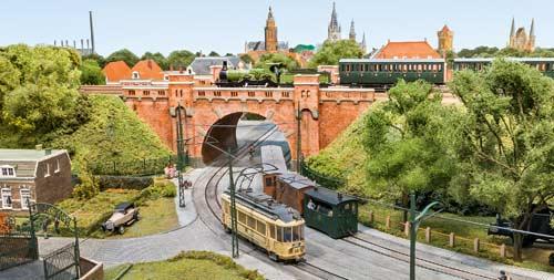 """Die H0-Kleinanlage """"De Heezelpoort 1927"""" zeigt eine Brückenszene in Nijmegen. Foto FZ"""